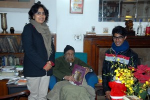 Jaspreet and Jansher pose with Khushwant Singh